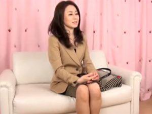 【五十路熟女動画】スレンダー貧乳美人奥様を謝礼で釣ってAV撮影⇒本気セックスで生中出し!