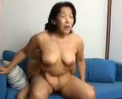 【五十路熟女動画】ドスケベな美熟女の巨乳おばさんが若い男との生ハメセックスで乱れ狂う!