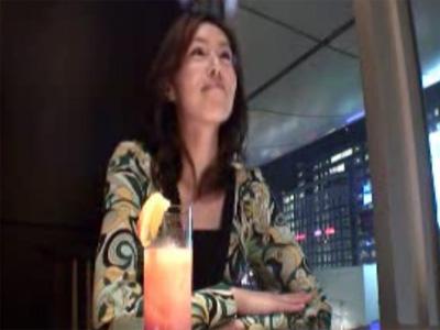 【若妻動画】化粧品会社を経営してるセレブ美熟女が掲示板で知り合った男性とラブホでハメ撮りセックス!