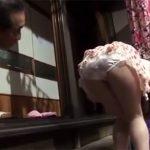 【近親相姦若妻動画】20代美人の巨乳な息子嫁のスカートの中をニヤニヤしながら覗いて興奮してる変態親父www