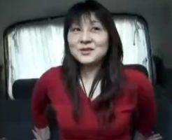 【ナンパ熟女動画】40代素人の垂れ乳奥さんを車内に連れ込み成功⇒中出しカーセックス!