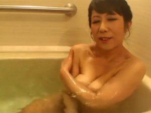 【五十路熟女動画】豊満な爆乳奥さんに極上パイズリして貰い、濃厚ファックで胸射!