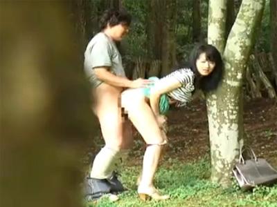 【盗撮熟女動画】人気のない林の中で30代素人夫婦が野外セックス⇒立ちバックでもの凄くヨガってるwww