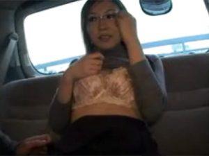 【ナンパ熟女動画】40代素人のスタイル良いメガネ美人妻を車内に連れ込み、口説き落としカーセックス!