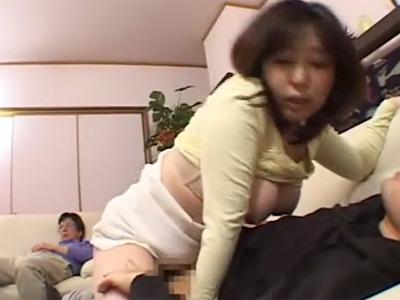 【近親相姦熟女動画】四十路ムッチリ巨乳母親が泥酔して寝てる旦那の横で息子と母子相姦セックス!