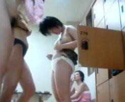 【盗撮熟女動画】女湯の脱衣所に隠しカメラを設置⇒無防備な40代素人妻たちの着替えと裸体を覗き見!
