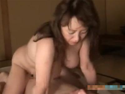 【五十路熟女動画】大阪の豊満な巨乳おばちゃんとハゲ親父の熟年カップルの中出しSEXが激しいwww