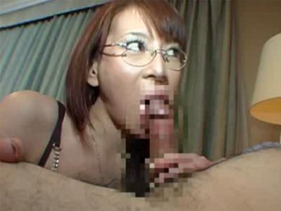 【フェラチオ熟女動画】Eカップ巨乳の四十路メガネ痴女人妻が物凄いテクニックで男をを射精に導く!