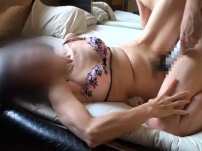 【四十路熟女動画】スタイル良いスレンダー素人美人妻がシティホテルでハメ撮りセックス!