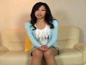【若妻動画】センズリ鑑賞でチンポを見るDカップ美人妻の顔は、SEXしてる時よりもエロいwww