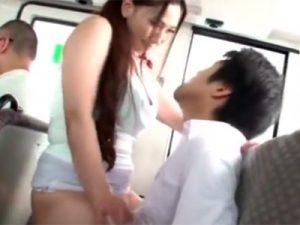 【四十路熟女動画】バスの後部座席で巨尻の豊満な美熟女が若い男性に跨り腰を振りまくり!