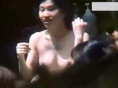【盗撮熟女動画】隠し撮りスポットから露天風呂を覗き30代、40代の美人妻たちの裸体をガン見