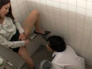 【フェラチオ熟女動画】「先生のオナニーを見なさい」変態女教師が生徒の前で自慰行為してザーメン処理!