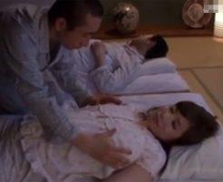 【近親相姦熟女動画】夜中に息子が寝室に潜り込み綺麗な巨乳母を夜這いして勢いで生中出し!
