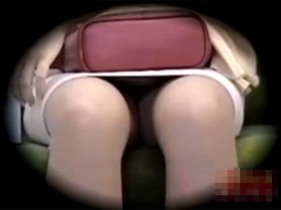 【パンチラ盗撮熟女動画】電車の中で対面に座る五十路美熟女のミニスカ内部のパンツを隠し撮り!