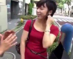 【ナンパ熟女動画】世田谷在住の30代素人の童顔奥さんをロケ車で悪戯してハメ撮り中出し!