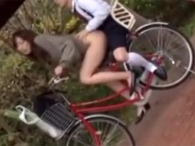 【近親相姦熟女動画】自転車2人乗りしてる三十路美人ママのマンコに息子のチンポをが挿入www