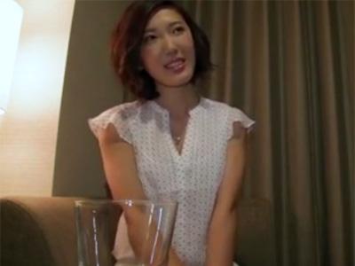 【三十路熟女動画】キャミソールからハミ出る巨乳が堪らない美人妻と中出しハメ撮りSEX!