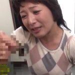 【フェラチオ熟女動画】「遠くに飛ばすのよ!」五十路主婦が寿司の出前に来た男のザーメン搾り取る!
