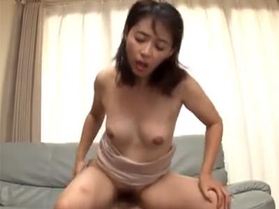 【安野由美熟女動画】五十路美熟女おばさんは欲求不満で息子の友達を誘惑して禁断セックス!