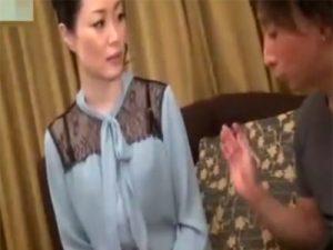 【五十路熟女動画】スレンダーで美乳奥様が息子と同世代の若い男性と久しぶりセックス!