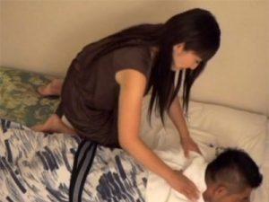 【三十路熟女動画】「本当に困ります…」出張マッサージの巨乳美熟女にセンズリを見せつけた結果!