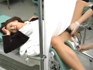【盗撮熟女動画】現役産婦人科医が美貌と猛烈な色香を放つ奥様に悪戯して生中出し!