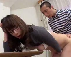 【澤村レイコ熟女動画】美人巨乳メガネ家庭教師が特別授業で教え子と中出しセックス!