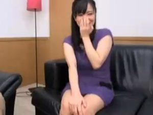 【センズリ若妻動画】26歳の素人妻にオナニー見せつけたら、予想以上にスケベでカメラの前でハメちゃう!