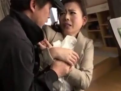 【三浦恵理子熟女動画】「警察呼ぶわよ!」色気溢れる巨乳美魔女がレイプ魔に襲われる!