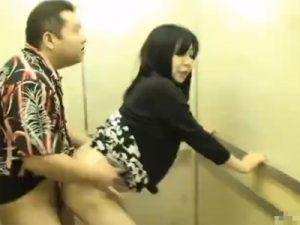 【レイプ熟女動画】「中出しはダメ…」エレベーター内で50代おデブ巨乳ババアを強引に犯し膣内射精!