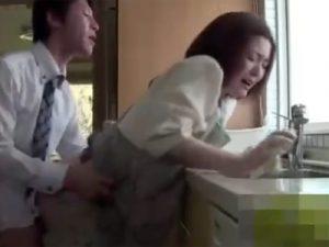 【三十路熟女動画】旦那が出勤前にムラムラしたので家事をしてる美人嫁と着衣SEXで生中出し!