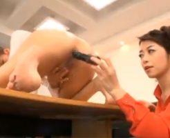 【レズ熟女動画】30代美人ビアンの女社長が新人OLと会議室でレズプレイで放尿させる!