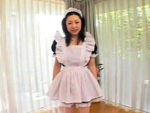 【コスプレ熟女動画】バツイチの三十路巨乳マダムがメイド服に着替えて3Pセックスで顔射2連発!