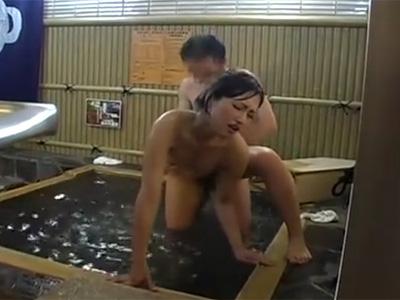 【三十路熟女動画】混浴風呂で旦那が体を洗ってる最中に他の男に寝取られる変態美人妻がエロ過ぎる!