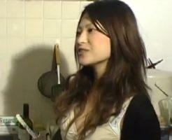 【不倫熟女動画】暇と性欲を持て余す美人団地妻が水道業者の男をカラダで誘惑して中出しSEX!