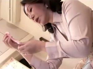 【オナニー熟女動画】50代変態お母さんが息子の使用済みコンドームを発見…精子の匂いを嗅ぎ発情ww
