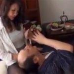 【四十路熟女動画】介護中のヨボヨボお爺さんにお金を渡されて人生最後のSEXを頼まれる美熟女!