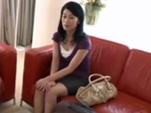 【七海ひさ代熟女動画】綺麗過ぎる美熟女が友達の息子と肉体関係を結びイキ狂う!