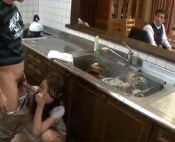 【篠田あゆみ熟女動画】三十路美巨乳美人ママが夫に隠れてキッチンで息子と中出しファック!