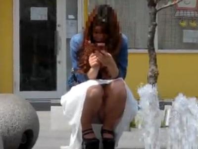 【パンチラ盗撮熟女動画】アラサーの美人妻がスマホに夢中でパンツを撮られまくるww