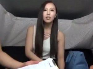 【ナンパ熟女動画】スリム美人奥様をアンケートと称してGET…ダメもとで口説いて3P中出しセックス!