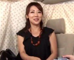 【ナンパ熟女動画】スリム美脚のホットパンツ美人妻を捕獲…謝礼に負けてカーセックスで生中出し!