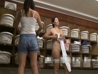【盗撮熟女動画】温泉旅館の脱衣所で若妻から熟女までの着替えや裸体を隠し撮り!