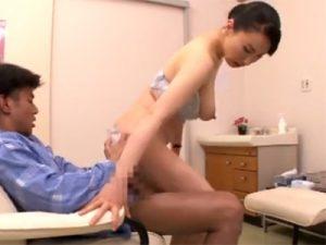 【四十路熟女動画】美熟女の巨乳ナースさんが患者さんとセックスして精子を搾り取る!