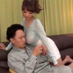 【若妻動画】爆乳美人妻がエアコン修理に来た作業員を誘惑…濃厚セックスに酔いしれる!