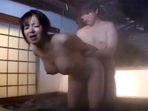 【五十路熟女動画】混浴温泉で巨乳美熟女が男性の勃起チンポに興奮…フェラから中出しセックス!