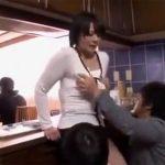 【四十路熟女動画】息子が目の前に居るのに巨乳お母さんが男達に犯されて乱れてイク!