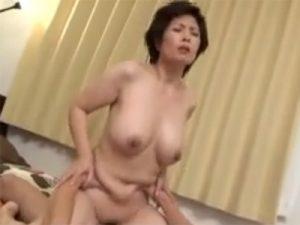 【近親相姦熟女動画】五十路母の熟した体に欲情した息子が膣内に生ハメで中出し!