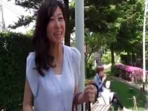 【三十路熟女動画】スレンダーな美魔女がAV初撮りで激しいセックスに淫乱に悶絶しまくり!